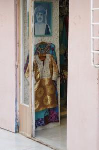 Prachtvolle Kleidung der Omani Frauen und einem Bild des Sultans Qaboos