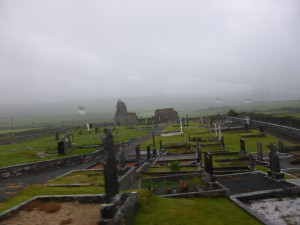 Alter Friedhof in Irland im Regen