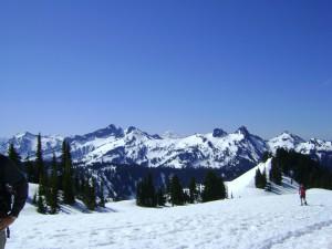 Ausblick von ca. 2000m Höhe vom Mt. Rainier auf die umliegenden Gipfel