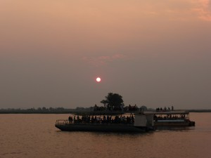 Sonnenuntergang am Chobe River, Touristenboote