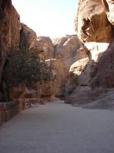 Weg durch die Schlucht nach Petra mit Wasserrinne an der linken Seite