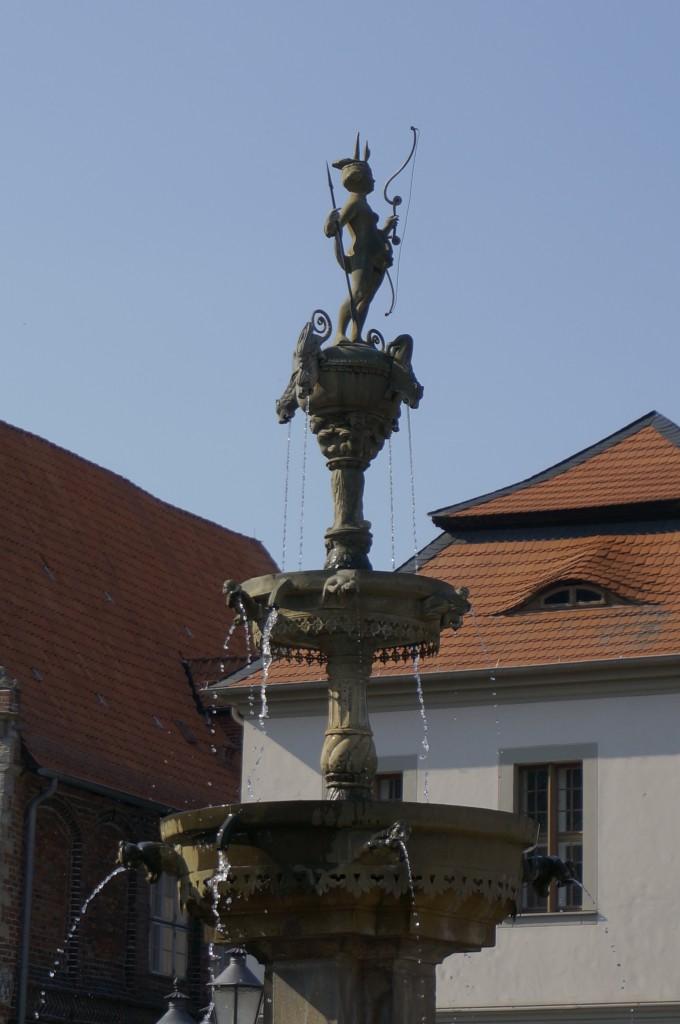 Frau Luna auf dem Brunnen vor dem Rathaus