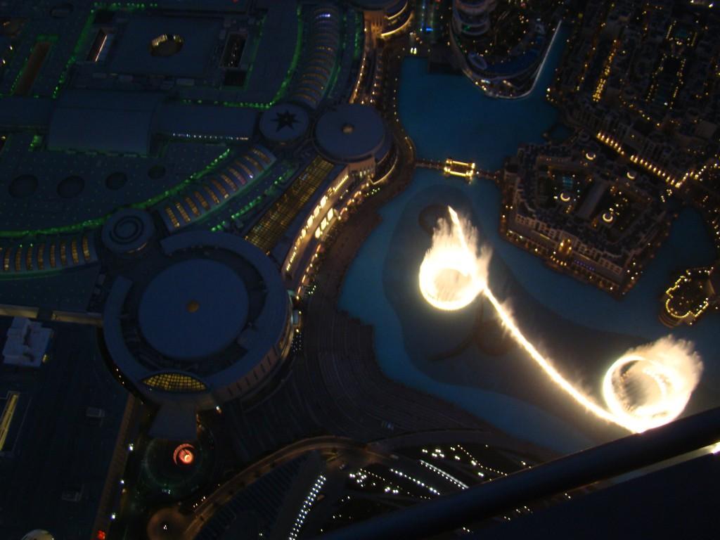 Wasserspiele vor der Dubai Mall von oben