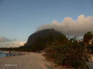 am Strand des St. Regis Mauritius mit dem Le Morne Brabant