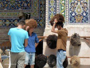 junge Männer, die Schafwollmützen anprobieren