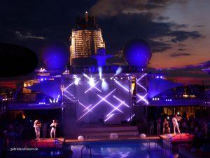 Lichtshow auf dem Pooldeck im Sonnenuntergang auf der Mein Schiff 5