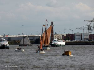 historische Boote beim 1. Elbfest im Hamburger Hafen