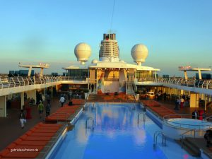 the pool on Mein Schiff 4