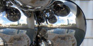 Kugelige Kunst hinter dem Guggenheim Museum