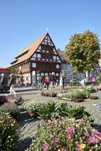 ehemaliges Rathaus mit Wochenmarkt in Girhorn