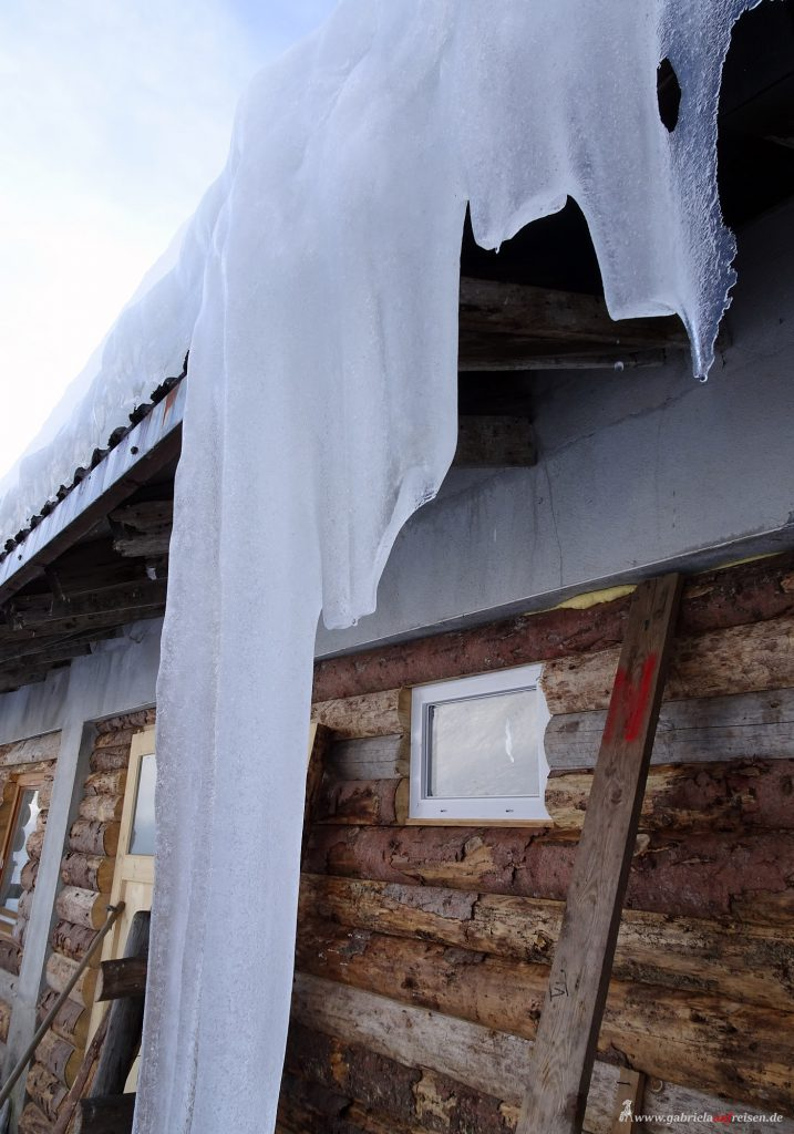 Eis hängt vom Dach