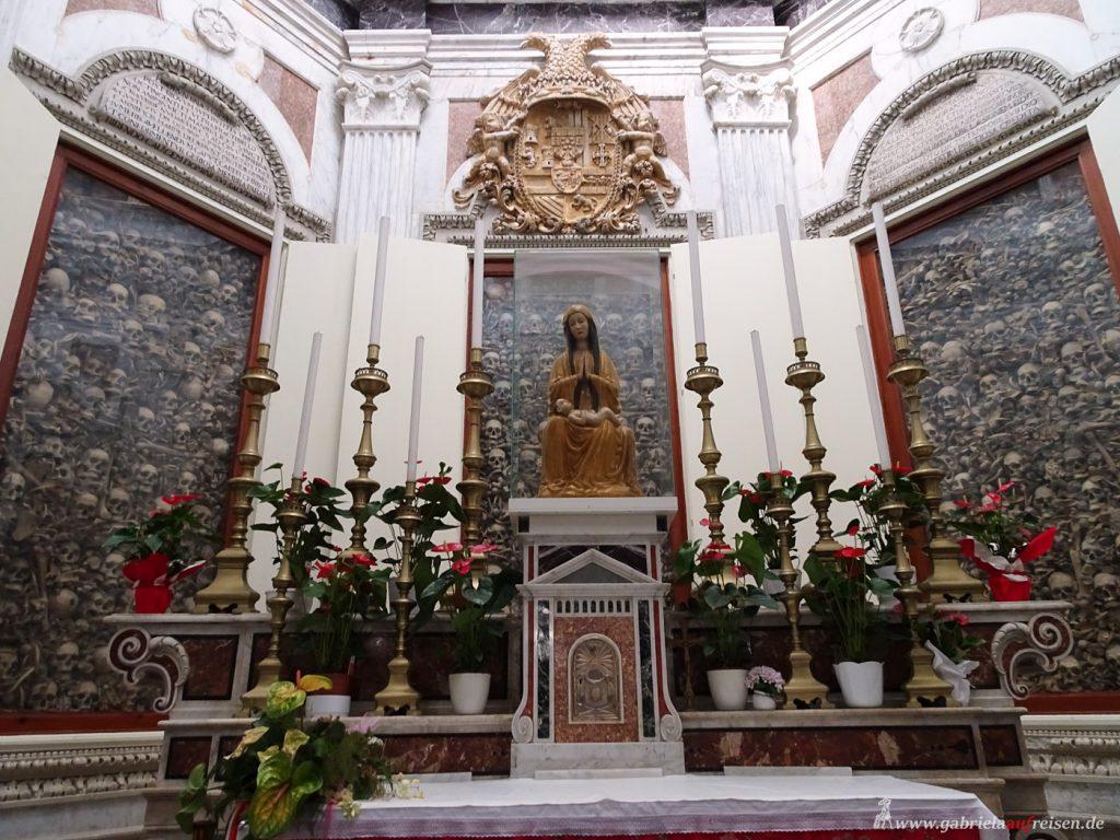 Skelette in einer Kirche