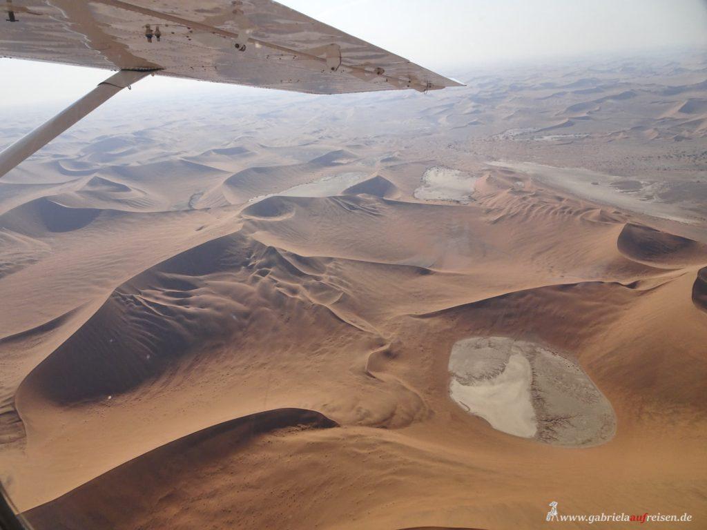 Dieses Bild hat ein leeres Alt-Attribut. Der Dateiname ist Namibia-flight-over-Sossusvlei-1024x768.jpg