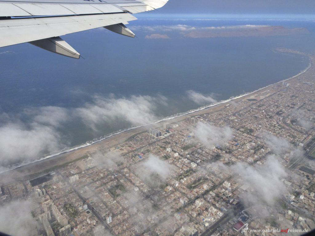 Dieses Bild hat ein leeres Alt-Attribut. Der Dateiname ist Peru-flying-over-Lima-1024x768.jpg