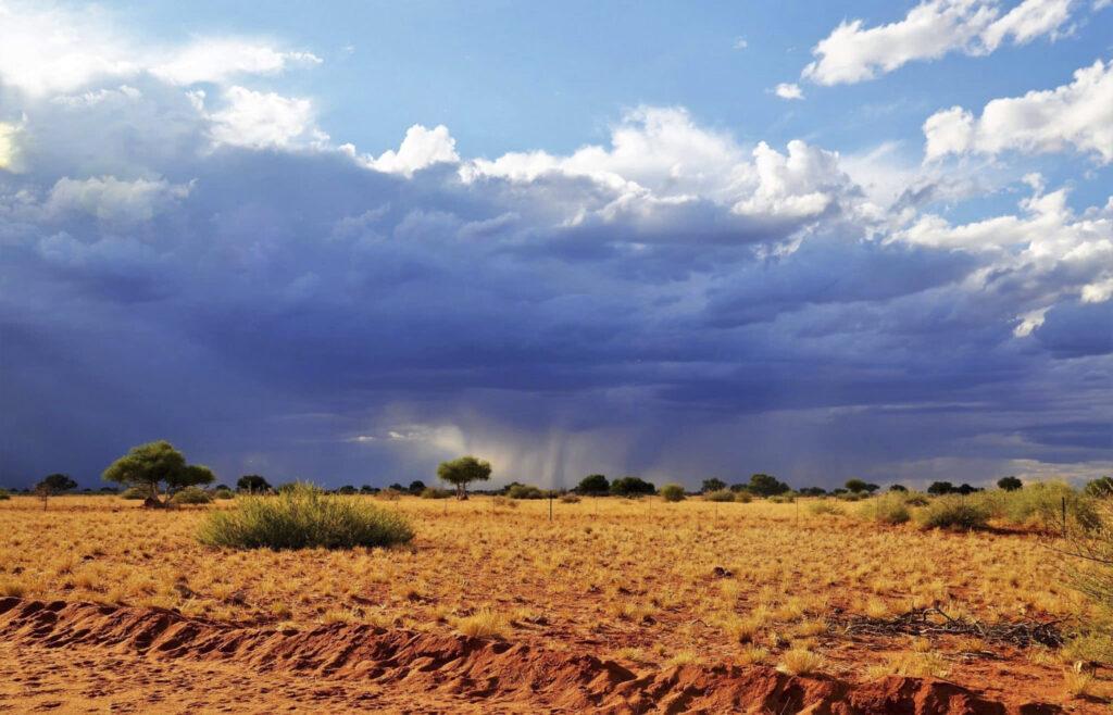 schwarze-Wolken-In-Namibia