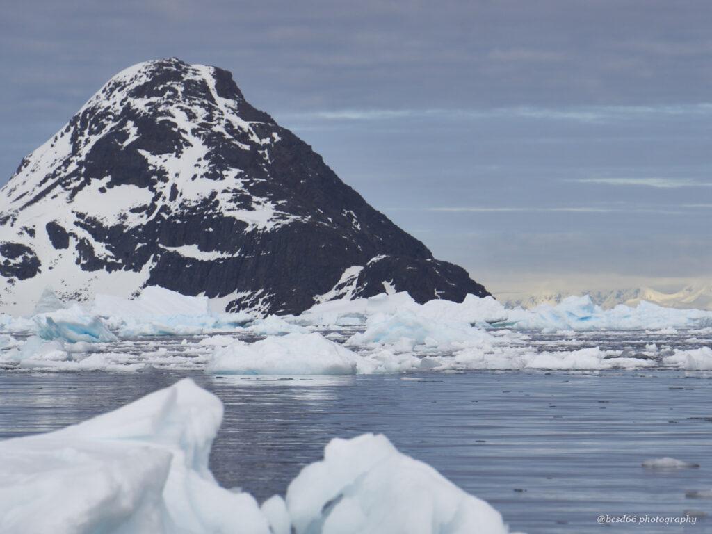 Berg-auf-antarktischer-Insel