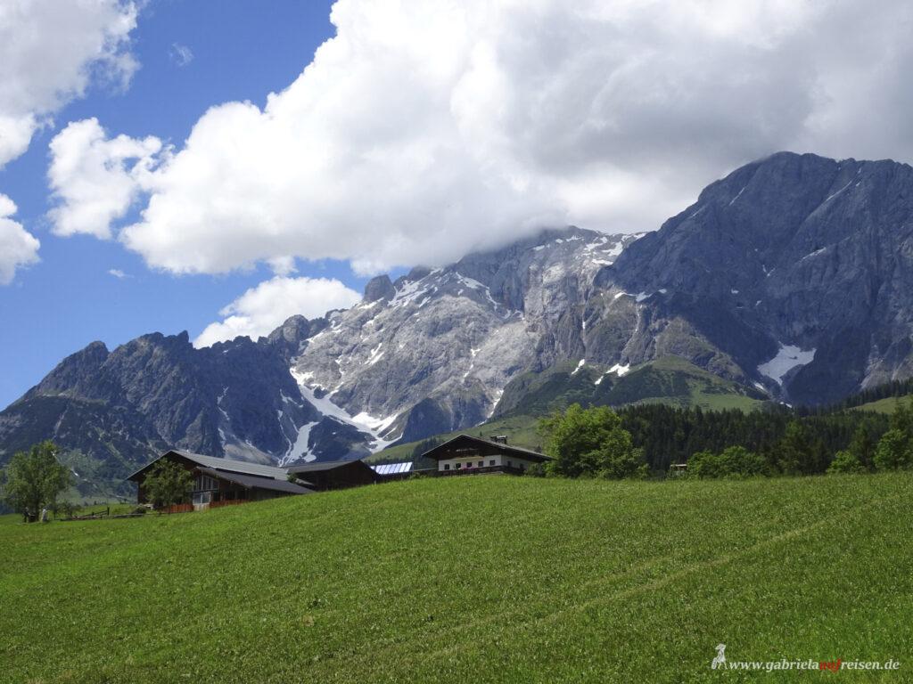 Blick-auf-Wiesen-und-Berge