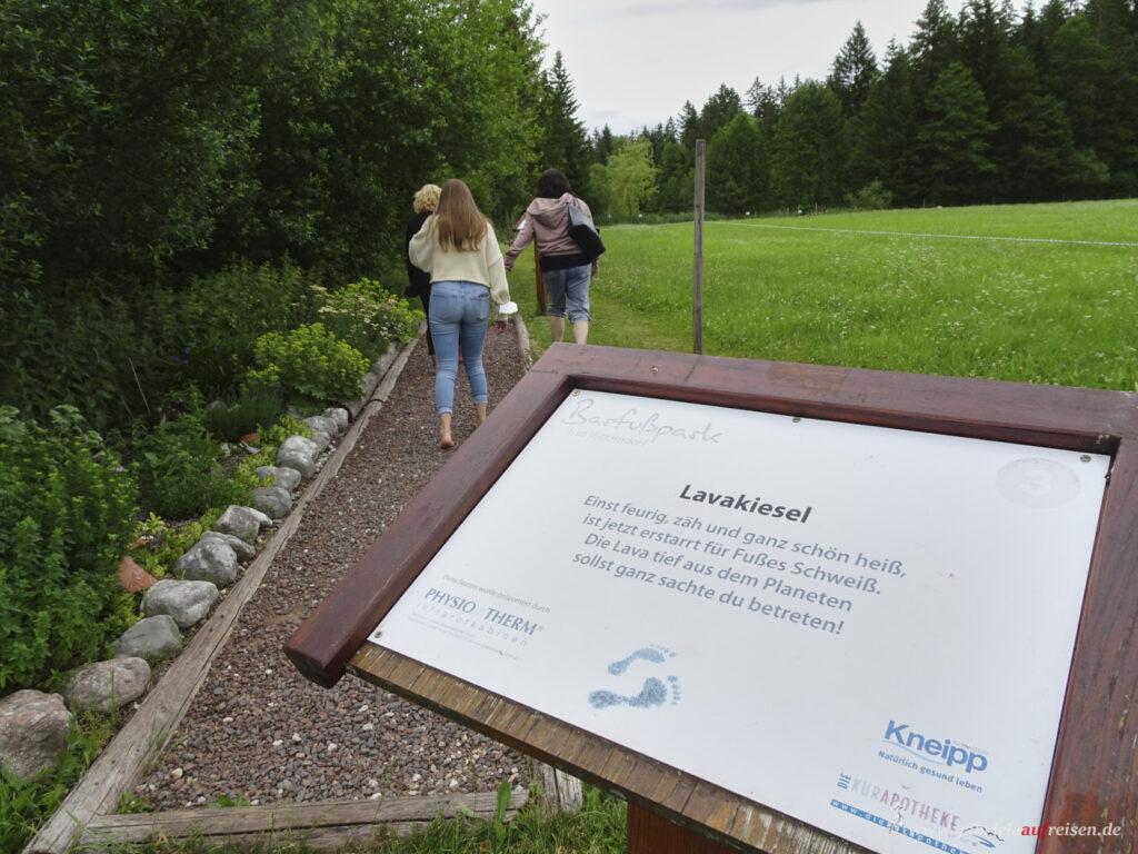 Barfussweg-mit-Steinen