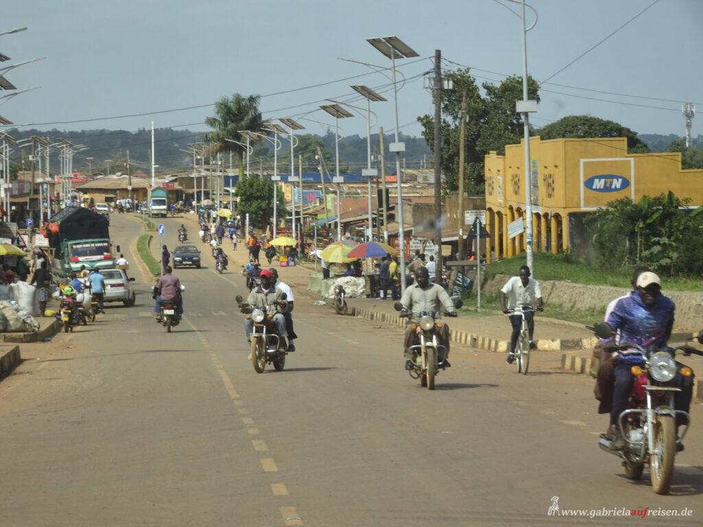 Hauptstrasse-in-einer-ugandischen-Stadt